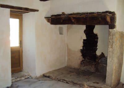 Intérieur de la maison de brassier réalisé en enduit chanvre/chaux de-finition et badigeon à la chaux