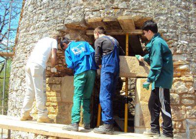 Mise en place du linteau de la porte d'entrée du moulin-Collège-BACAU-Roumanie-Avril-2013