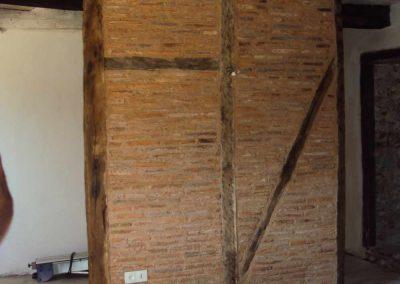Réalisation d'une cloison en briques pleines de récupération - Mas de Charles-Livernon