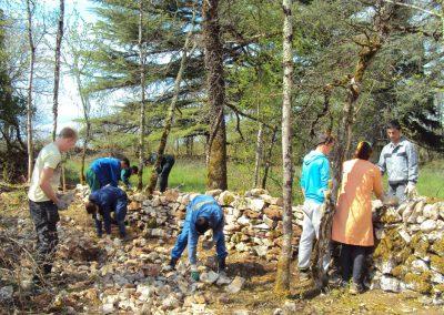 Reconstruction des murs de clôture en pierre sèche entourant la parcelle du moulin-Collège BACAU-Roumanie-Avril 2013