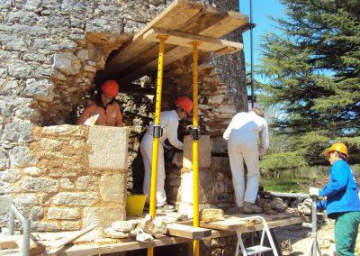 Préparation de la pose du-linteau de la porte d'entrée du moulin